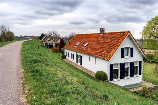 houses-river-dikes-near-sleeuwijk